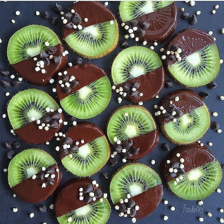 Kiwi chocolate snack by @foodbites Kiwi slices dipped in dark chocolate and topped with vegan chocolate chips and puffed quinoa.